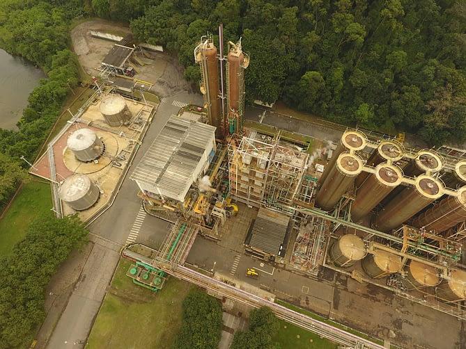 Foto de fábrica capturada por drone ao sobrevoar fábrica