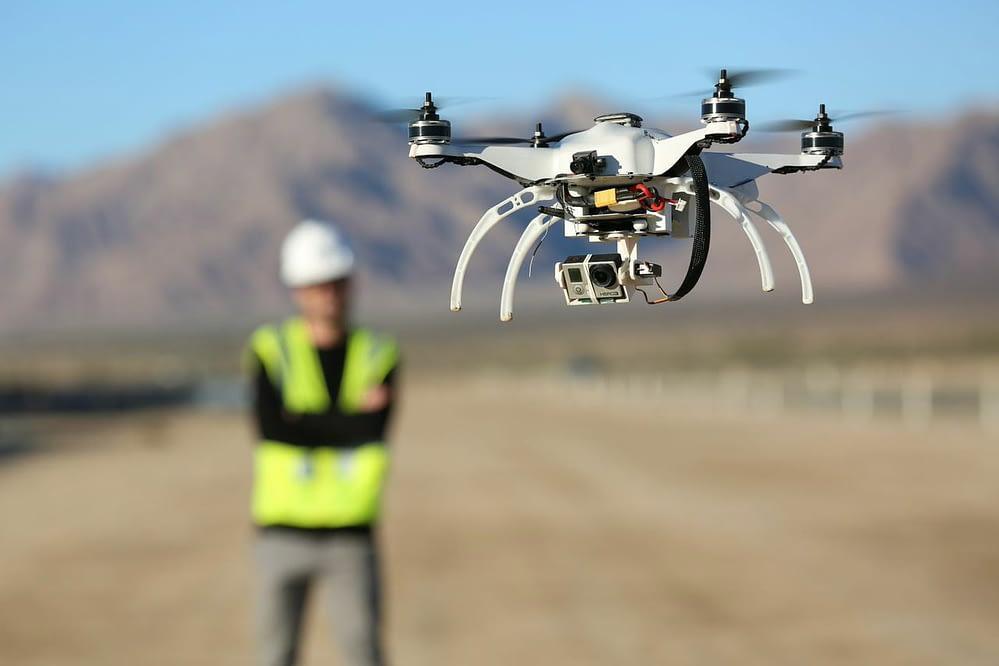 Drone com câmera GoPro acoplada para realizar aerofotogrametria.