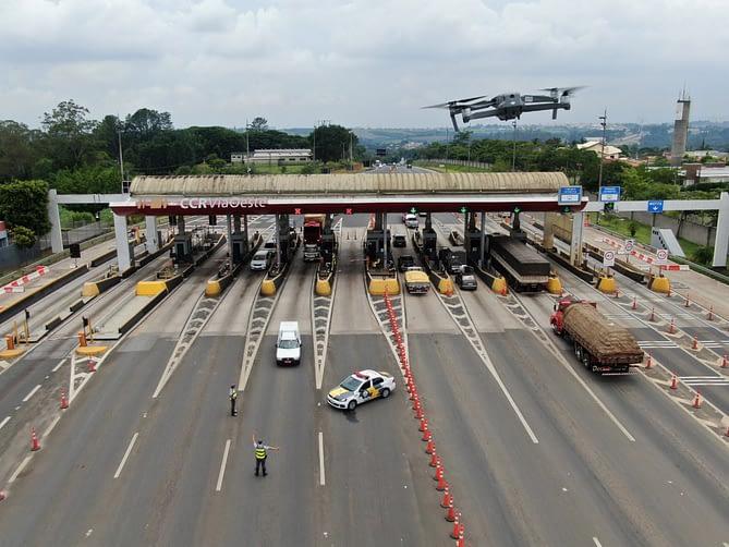 Imagem aérea de uma rodovia capturada por drone