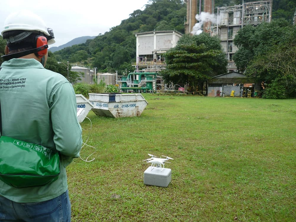 Operador de drones da Ortopixel prestes a utilizar drone para aerofotogrametria