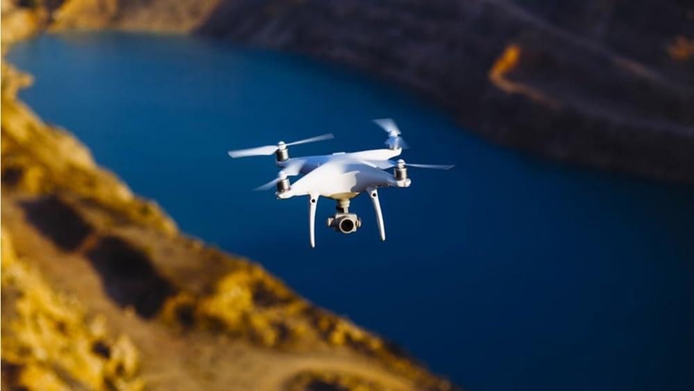 Drone sobrevoando lago