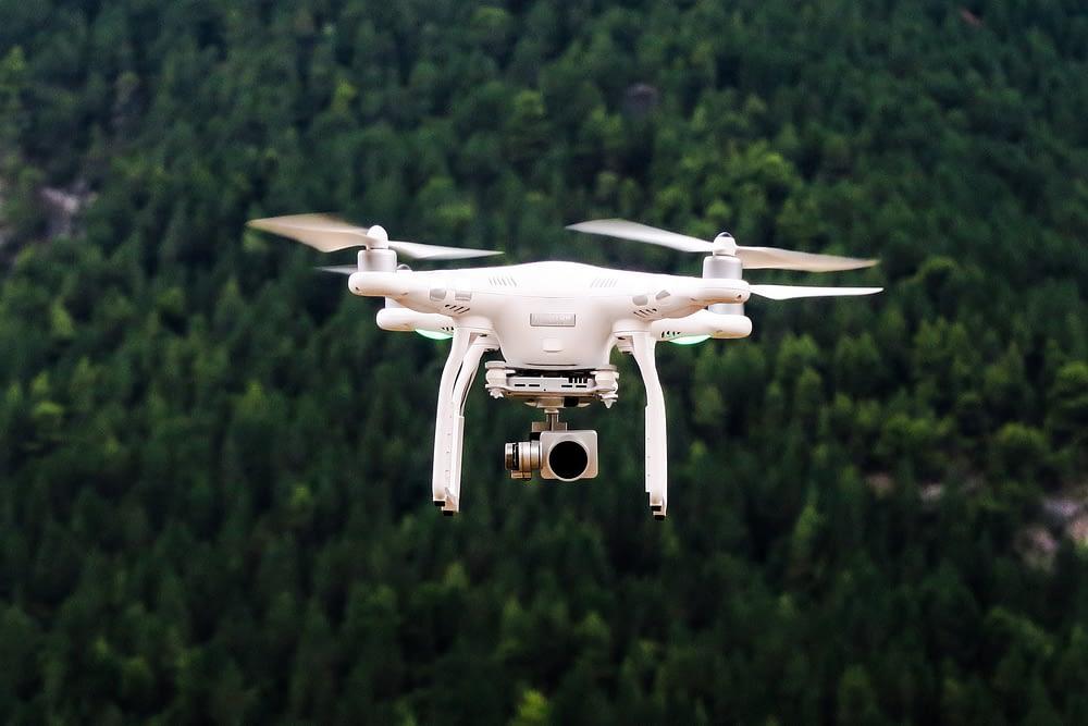 drone com go pro fazendo mapeamento