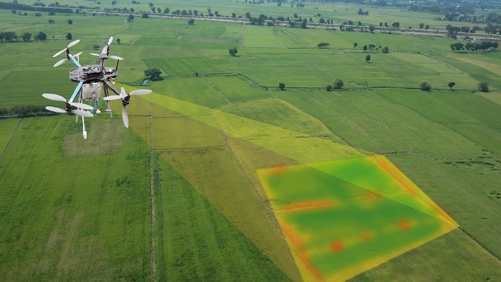 Drone realizando escaneando área para topografia