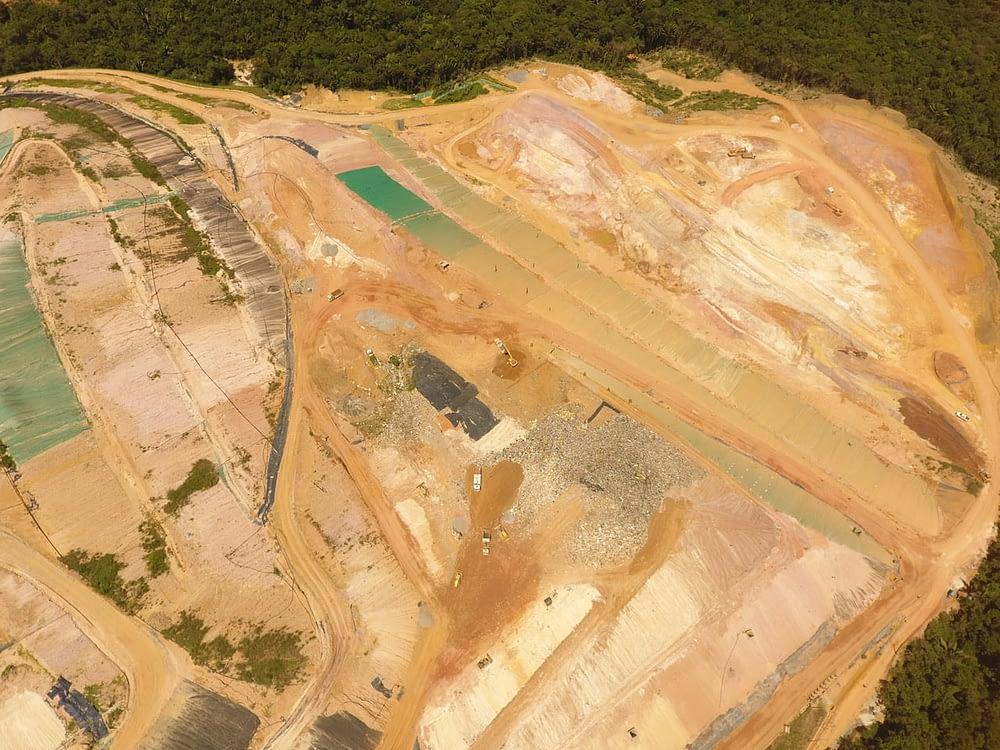 Imagem aérea de um campo de obras capturada por um drone
