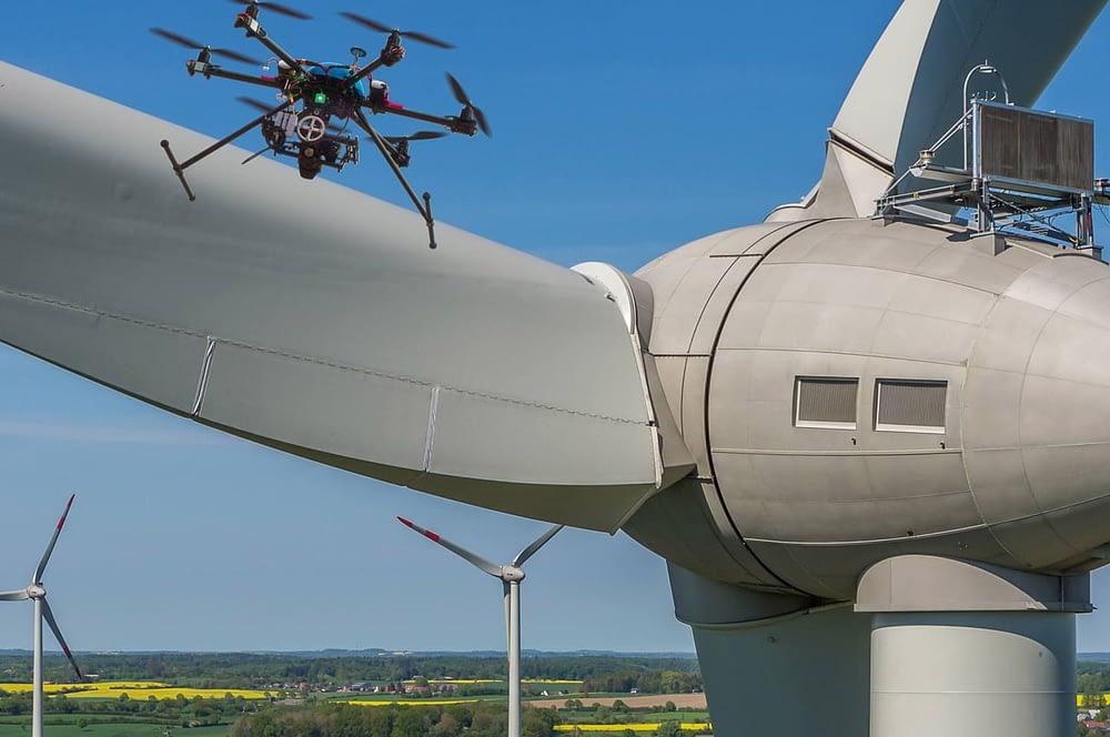 Drone sobrevoando hélice de turbina eólica
