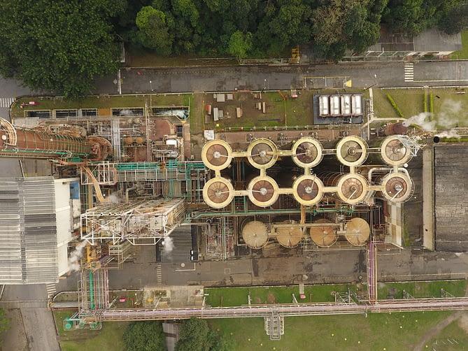 Imagem aérea capturada por drone de uma fábrica