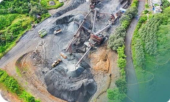 Imagem aérea, capturada por drone, de um campo de mineração