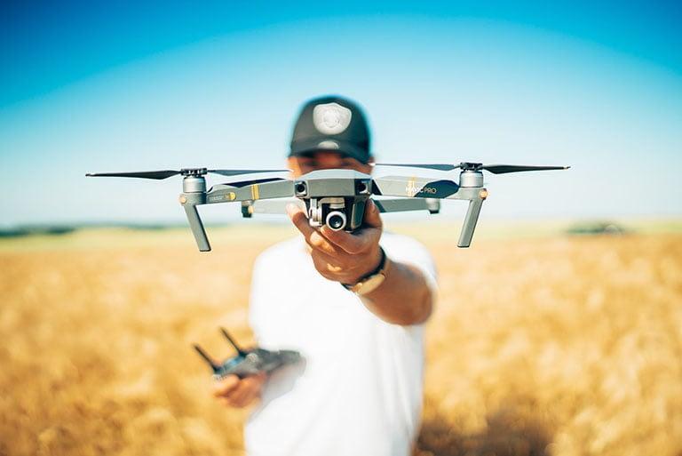 homem segurando um drone