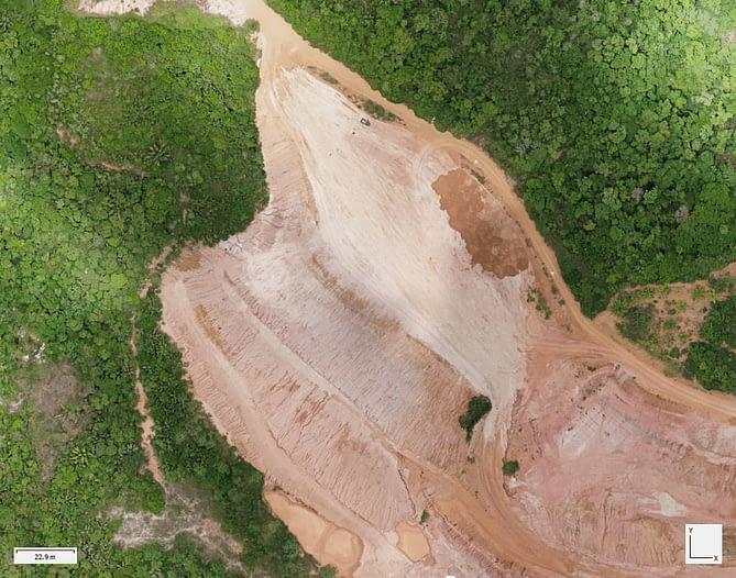 Ortomosaico de um terreno com erosão no meio da vegetação. Imagem capturada por drone